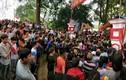 Video: Hàng trăm thanh niên vây kín đền Hiền Quan đòi cướp phết mặc lệnh dừng