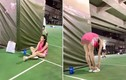 Cách sửa lỗi hồn nhiên của cô gái mặc siêu ngắn ở sân thể thao