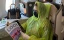 Áo mưa dùng 1 lần trên máy bay có giúpngăn ngừa lây nhiễm?