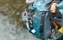 Xe chở lợn lao xuống sông, 2 người bị thương