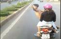 Cái kết đắng thanh niên đầu trần, ngang ngược chặn xe khách