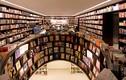 """Video: Khám phá """"thư viện ảo ảnh"""" với những hàng sách dài bất tận"""