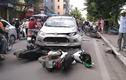Video: Sang đường ngược chiều, xe máy bị ô tô húc bay xa