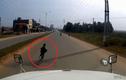 Video: Kinh hãi bé trai sang đường kiểu tự sát trước đầu xe tải