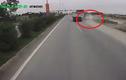 """Video: Xe tải đánh lái bất ngờ khiến """"Nữ Ninja"""" ngã sấp mặt"""