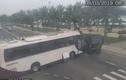 Video: Xe khách quay đầu gây tai nạn thảm khốc