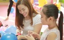 Ca sĩ Ngọc Anh giản dị đi từ thiện cùng con gái