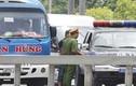 Kệ cảnh sát, xe khách đón trả người ở đường cao tốc trên cao