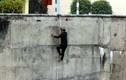 Ảnh: Dân liều mạng đu dây xuống đập thủy điện Hòa Bình câu cá