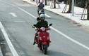 """Xe máy nối đuôi nhau đi ngược chiều trên """"con đường vàng"""" ở Hà Nội"""