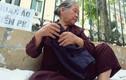 Ảnh: Xúc động bà lão phát quần áo, nước uống miễn phí ở Hà Nội