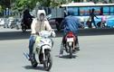 Ảnh: Nắng nóng thiêu đốt ở Hà Nội khiến đàn ông phải làm việc này