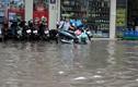 Ảnh: Mưa cực lớn khiến đường phố Hà Nội biến thành sông