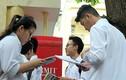 Ảnh: Sĩ tử hào hứng ôn lại bài trước khi vào phòng thi THPT