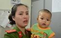 Nữ Thiếu úy công an bật khóc ôm bé trai bị bỏ rơi vào lòng