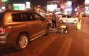 Ô tô vượt đèn đỏ đâm hàng loạt xe máy giữa đường Hà Nội