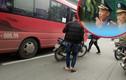 Ảnh: Thanh tra Giao thông hút thuốc, mặc xe khách bắt khách giữa phố