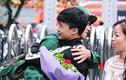 Người thân bịn rịn tiễn con em lên đường nhập ngũ ở Hà Nội