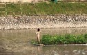 Lạ lùng cô gái cởi quần áo bơi lội tung tăng sông Tô Lịch