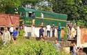 Hiện trường vụ tàu hỏa đâm ô tô 5 người cấp cứu