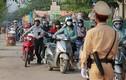 Để dòng người ùn ùn dắt xe máy ngược chiều, CSGT Hà Nội nói gì?