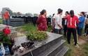 Ảnh: Hàng loạt bát hương trong nghĩa trang bị đập tan nát
