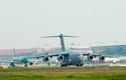 Máy bay vận tải C-17 Mỹ liên tục cất, hạ cánh tại Nội Bài