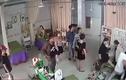 Nhóm người ào ào kéo tới đập phá, đánh hội đồng nữ chủ tiệm spa trước mặt con nhỏ