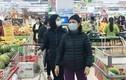 Phòng virus corona, người lớn trẻ nhỏ đeo kín khẩu trang đi siêu thị ở Hà Nội