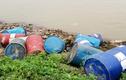 Hàng chục thùng phuy lạ rò rỉ chất đen xì mùi nồng nặc đổ xuống sông Hồng