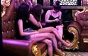 """Giữa dịch Covid-19, quán karaoke ở Hải Phòng lại điều 8 """"chân dài"""" hát với khách"""