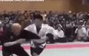 """Video: Võ sĩ """"truyền điện"""" bị cao thủ MMA đánh tới bẽ mặt"""