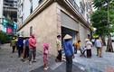 """Người nghèo xếp hàng từ sáng nhận gạo miễn phí ở """"cây ATM"""""""