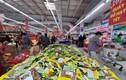 Hàng hóa Tết siêu thị dồi dào, khách mua sắm thưa thớt