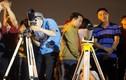 Bạn trẻ ngắm siêu trăng ở Hà Nội tỏ rõ sự thất vọng