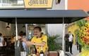 2 đại gia giàu nức tiếng Sài Gòn bưng bê cà phê, đứng phục vụ khách