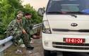Cảnh sát, quân đội ôm súng cùng chó nghiệp vụ truy lùng kẻ sát nhân vượt ngục