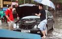 Hà Nội lại ngập nặng sau mưa, nhiều xe chết máy giữa đường