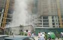 Ảnh: Khói lửa thiêu rụi lán công nhân ở Hà Nội