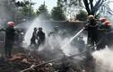 Ảnh: Hàng trăm cảnh sát, bộ đội dập lửa ở làng tái chế lốp ôtô