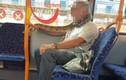 Video: Kinh hãi quý ông đeo trăn khủng... chống COVID-19, cả xe bus choáng