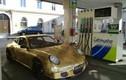 Porsche vàng chạy bằng sức người ngao du trên phố