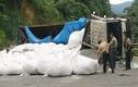 Xe tải từ mỏ bô xít lật nhào, đè chết người