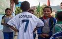 Nạn nhân nhí động đất Nepal ngạc nhiên nhận quà của Ronaldo