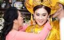 Video: Cận cảnh của hồi môn vàng đeo trĩu cổ của Lâm Khánh Chi