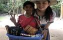 """Cậu bé bán hàng rong Campuchia gây ấn tượng bằng clip """"bắn"""" 10 thứ tiếng"""