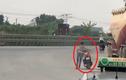 Video người đàn ông bình tĩnh dắt chiếc xe máy đang bốc cháy