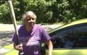 Lẻn vào trộm Ford Fiesta, đạo chích nhận ngay một gậy của cụ bà