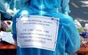 Tình nguyện viên chống dịch viết lên đồ bảo hộ, netizen khen hết lời