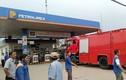 Đang tiếp nhiên liệu, xe bồn chở xăng dầu bốc cháy dữ dội